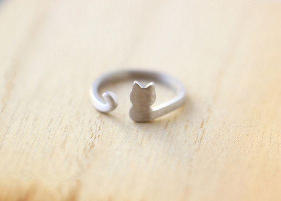 """Usa este purrrfectamente lindo anillo   Community Post: 17 fabulosas cosas para la moderna y cool """"loca de los gatos"""""""