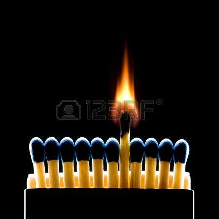 Muchos partidos de color azul oscuro sobre un fondo negro quemaduras uno de los…
