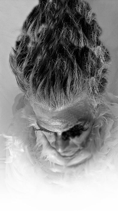 .Tyrant : Hector soria -  Fotografias: Celeste ramirez   Cuenta la historia de un tirano que al perder el sentido de la verdadera belleza moria su alma hundiendose con ella en la vanidad mas profunda y enferma. - Facebook: https://www.facebook.com/hectorpoi