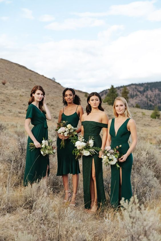 Brautjungfernkleider in dunklem Smaragdgrün in verschiedenen Schnitten #brautjungfernkleider #hochzeitgrün