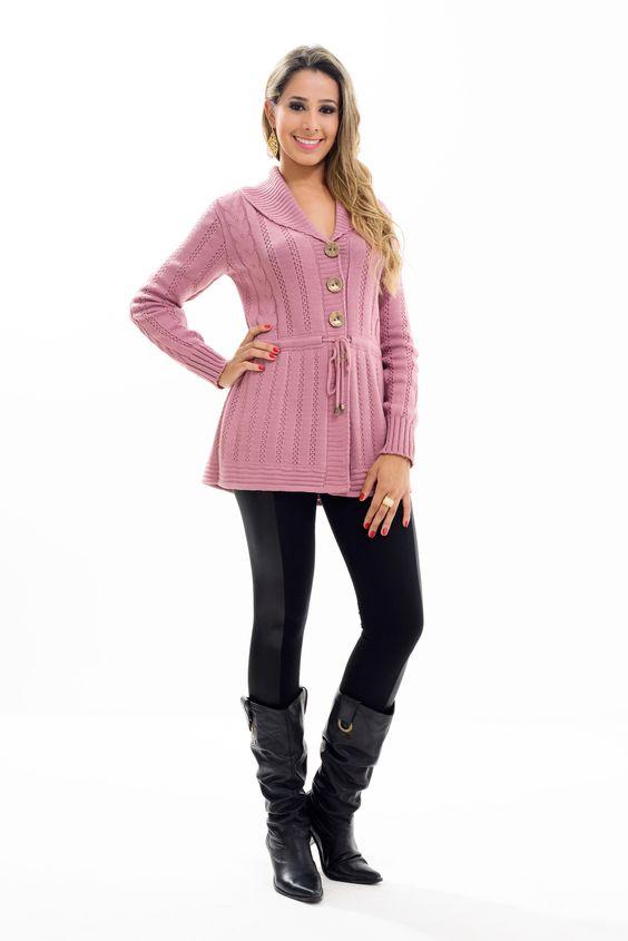 Lindo Casaco Parka confeccionado em tricot, uma peça toda trabalhada em links e tranças. O cordão em sua cintura dá um toque especial a peça proporcionando uma melhor modelagem ao corpo.