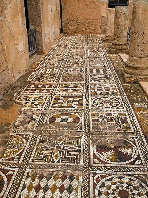 La villa de Silene se encuentra muy cerca de la ciudad arqueológica de Leptis Magna.  La villa se remonta a la época bizantina .: