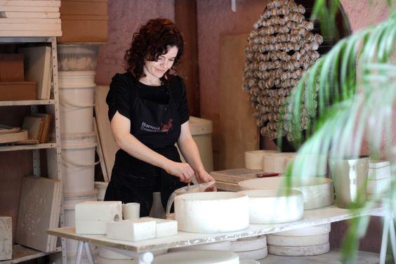 ceramista em seu atelier