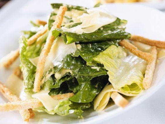 Caesar Salad mit Jarlsberg ist ein Rezept mit frischen Zutaten aus der Kategorie sättigender Salat. Probieren Sie dieses und weitere Rezepte von EAT SMARTER!