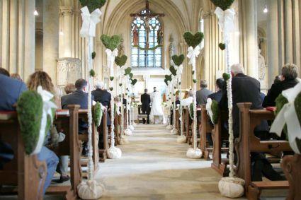 Edle Hochzeitsdekoration für die Kirche  Kirche, Pelz und Hochzeit