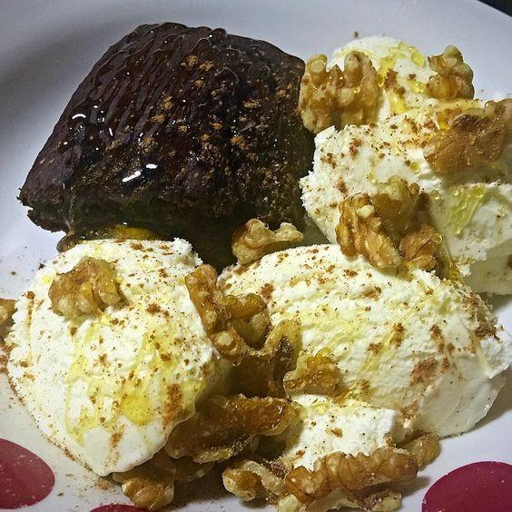 We love Cheat Clean! Brownie de algarrobo con helado de arroz (sabor vainilla) nueces miel y canela. Libre de gluten y lactosa. En tu día libre aprende a no pasarte con las calorías y a disfrutar de un postre sano. Cómo hacerlo? Ajusta tus #macros del día entre las comidas que vayas a realizar. Planificación nutricional según tus objetivos francisco@bodyevolution.es #cheatday #glutenfree #lactosefree #dessert #foodie #foodporn #eatclean #healthy #paleo #vegan #iifym #flexibledieting…