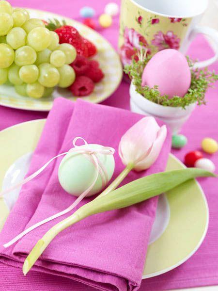 tulipas e cascas de ovos com guardanapos rosa