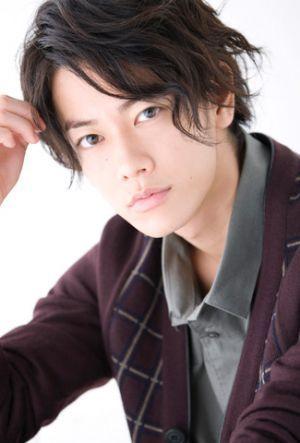 ウェットなパーマスタイルの佐藤健の髪型