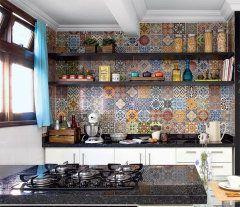 Mosaico de adesivos vintage transforma cozinha em Curitiba