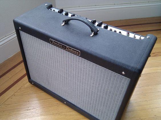 Je loue mon Fender Hot Rod Deluxe III, un superbe ampli guitare tout lampe, très puissant et très polyvalent. Il conviendra au joueurs de tout style, je l'ai personnellement utilisé dans un groupe de jazz, dans un groupe de metal et dans des jams Rock