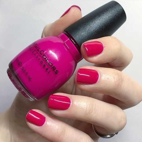 Manucure du week-end tardive après un samedi au boulot. Je n'arriverai jamais à faire une photo qui rend justice à ce fuchsia beaucoup intense en vrai  #sinfulcolors #dreamon #fuchsia #nails #nailart #nailpolishaddict #nailartaddict #nailsdid #nailporn #instanails #nailstagram #nails2inspire #nailstorming #manicure #manucure #naillacquer by mary0n_