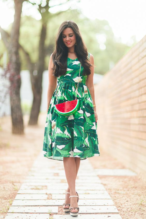 Tropical look lady dress vestido con estampado de hojas tropicales bolso con forma de sandía watermelon clutch bag sandalias leopardo Barbara Bui wedges Crimenes de la Moda blog Maria Jesus Garnica Navarro