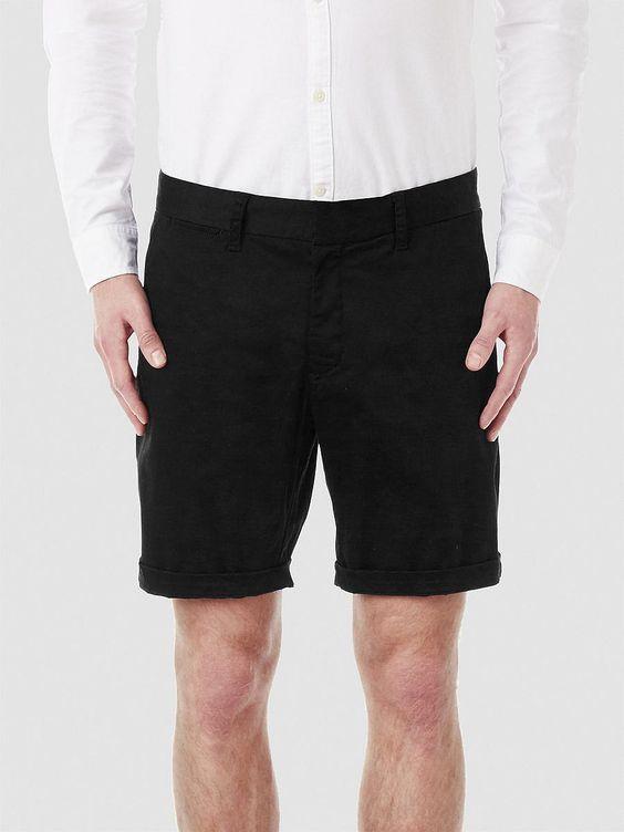 Identity SELECTED Homme - Regular fit - 97% Baumwolle, 3% Elastan - Verdeckter Knopf-und Reißverschluss - Gürtelschlaufen - Zwei Schrägtaschen - Zwei Paspeltaschen hinten - Dicke Qualität. Das Model ist 189 cm und trägt Größe L.  Diese Shorts sind perfekt und schlicht im Design. Sie enthält ein wenig Elastan, was ihr einen bequemen Tragekomfort verleiht. Die Shorts verfügt über einen leichten G...
