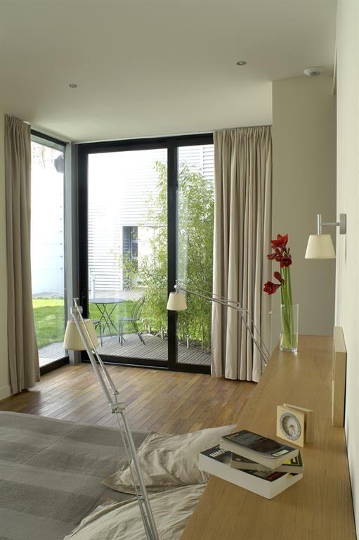 Chambre avec une grande baie vitrée d'angle