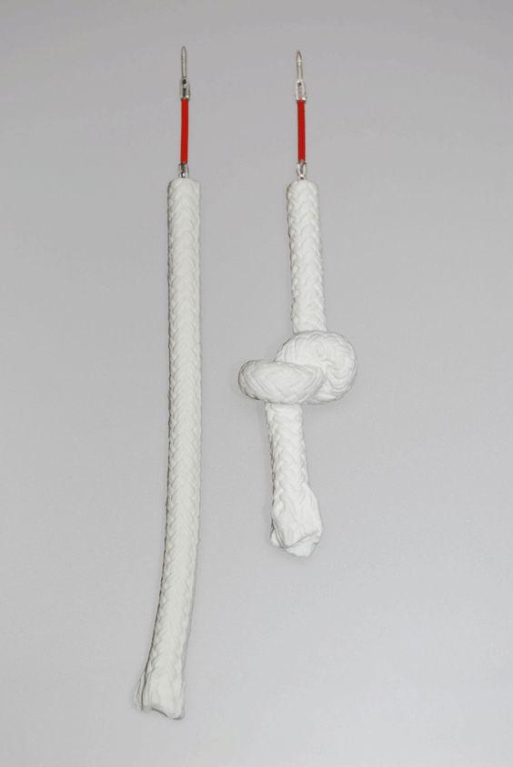 Pilar Cotter - Des-nudo - pins. Porcelain, silver. 11×0,5 cm, 7×1 cm. 2012: