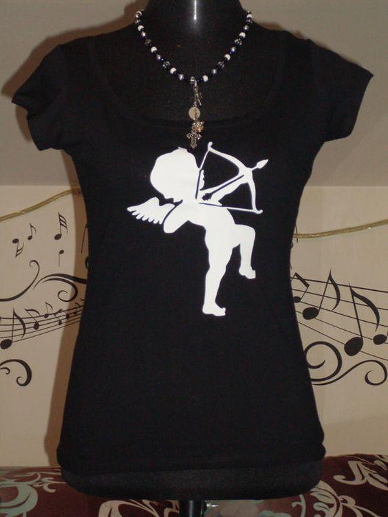 Boatneck T-Shirt mit Druck mit kleiner Engel von TachinedasCreative with print little angel