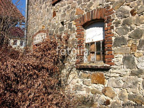 Altes Mauerwerk Aus Schonem Naturstein Mit Altem Kaputten Fenster