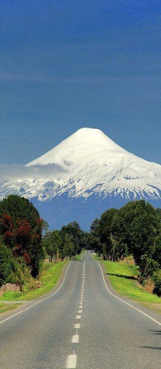 Camino que nos lleva al volcán Osorno, Chile.