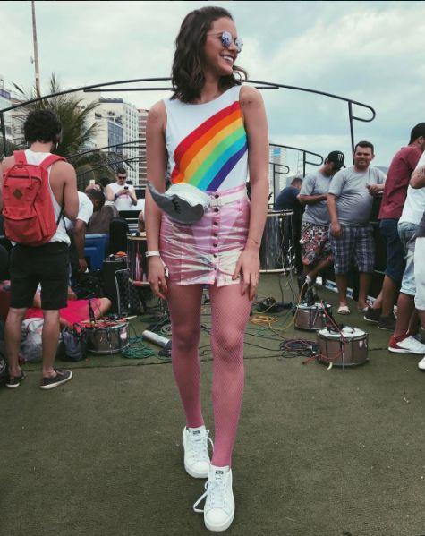 Bruna Marquezine usando pochete divertida, da Poch Me no Carnaval 2017.