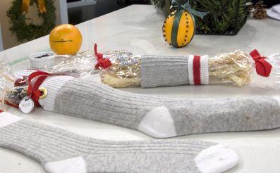 Si te gusta regalar calcetines, esta vez puedes hacerlo con esta variación. Seguro que lo reciben felices!