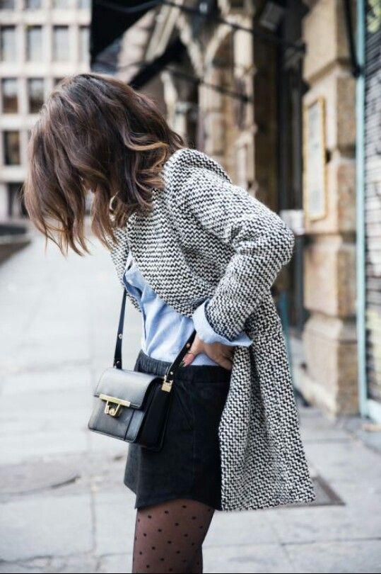 Chemise bleue, mini jupe noire, blazer gris et sac en bandoulière noir #look…: