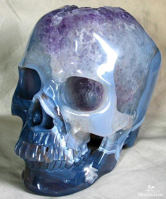 Esculpido em pedra preciosa,  a ágata brasileira – um tipo de quartzo. Esse crânio tem o mesmo tamanho que o seu