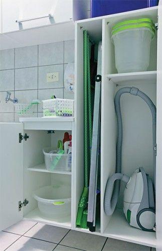 Vassouras e escada guardadas dentro do arm rio para manter - Para guardar zapatos dentro armario ...