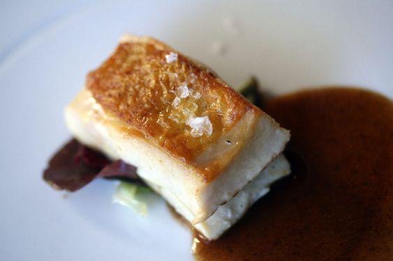 Petto di pollo ruspante prima affumicato, poi cotto a vapore e infine scottato in padella con salsa al pepe Szechuan e miele