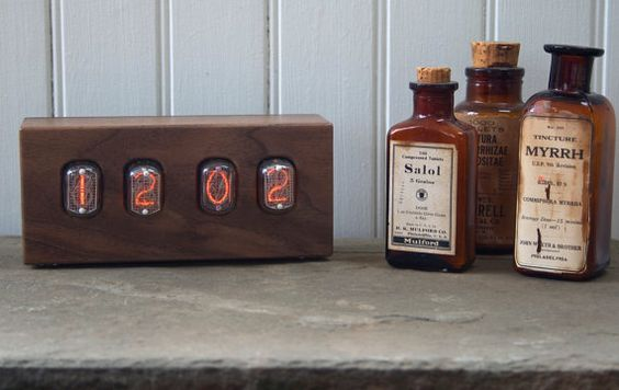 Walnut Nixie Tube Clock von TungstenCustomLamps auf Etsy