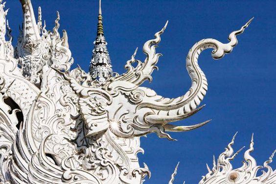 O lugar chama-se Templo Branco da Tailândia e atrai, todos os anos, milhares de turistas curiosos, que ouvem os rumores de uma construção incrível.   Acabada em 1997, esta obra é um trabalho de Chalermchai Kositpipat, que se propôs a construir um templo budista contemporâneo. Agora, é considerado um lugar de beleza inigualável e solo divino.