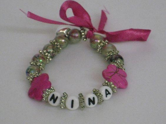 Hier habe ich ein Zauberhaftes Namensarmband.    Die Armbänder werden auf extra reißfestes Gummiband gefädelt.    Die Perlen können individuell zus...