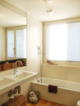 Badezimmer mit neuer Lampe und Korb von MLCR_KIDS
