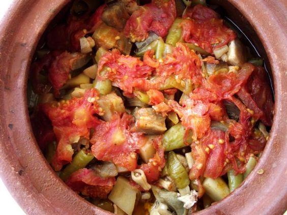Taze Fasulyeli Tavuk Güveci  Malzemeler:  750 gr. taze fasulye  1 piliç  2 çorba kaşığı yağ  2 orta boy soğan  2 iri domates kuşbaşı doğranacak  2 su bardağı su yada et suyu   Hazırlanışı:  Güvecin ya da tencerenin dibi yağlanır, yıkanıp ayıklanmış fasuşlyeler dizilir.Domatesleri fasulyelerin üzerine yayın, soyulmuş soğanları ortadan yararak üzerine yerleştirin. Kendi suyunu çekip sararıncaya kadar 15-20 dakika ağır ateşte pişirin. Başka tencerede yağı eritin, parçalanmış pilici atıp ...