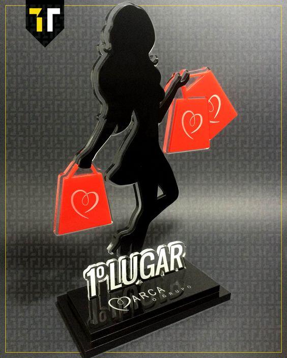 Troféu personalizado em acrílico criado para o Grupo Marca premiando sua melhor vendedora.
