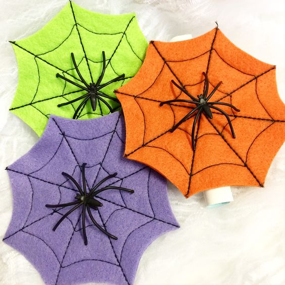 Entregue aos seus convidados um convite diferente e original. <br> <br>Convite tema: Halloween <br>Confeccionado em feltro, nas cores laranja, roxo ou verde, todo costurado, com aplicação de aranha. <br>O texto do convite é impresso no rolinho que vai pregado no verso, juntamente com a tag para o nome do seu convidado. <br> <br>Opção de tag já impressa com o nome do convidado - acréscimo de 0,80 em cada convite. <br> <br>A teia de aranha mede 10 x 10 cm.