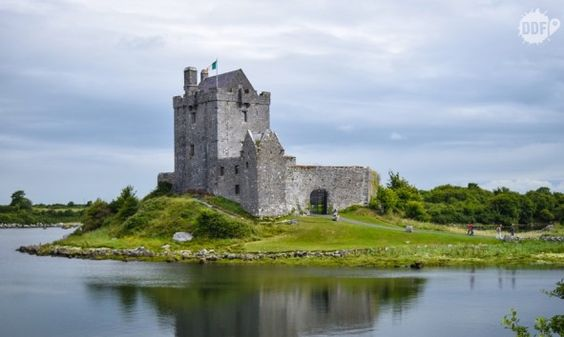 Dunguaire Castle, um castelo no caminho dos Cliffs of Moher, Irlanda