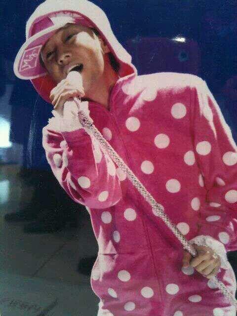 ピンク水玉のパーカーを着た中居正広