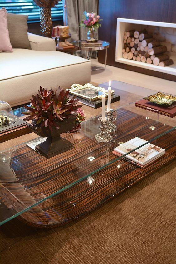 Sala de Estar com lareira, detalhe para a mesa de centro, com base em madeira e tampo de vidro. Casa Cor RS 2014