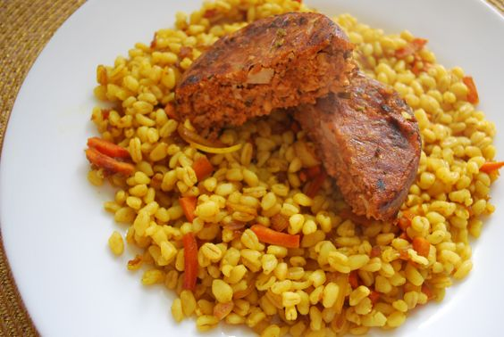 Un steak de soja à la tomate de la marque Sojasun (à trouver en grande surface) avec du blé et des carottes au curcuma.