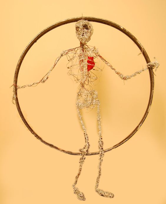 Anatomía de un trapecista. Materiales: Alambre, telas, aro de metal, cables. Año: 2013 Pemo.