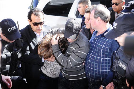 Torcedora que ofendeu Aranha chora ao chegar à delegacia para depor #globoesporte