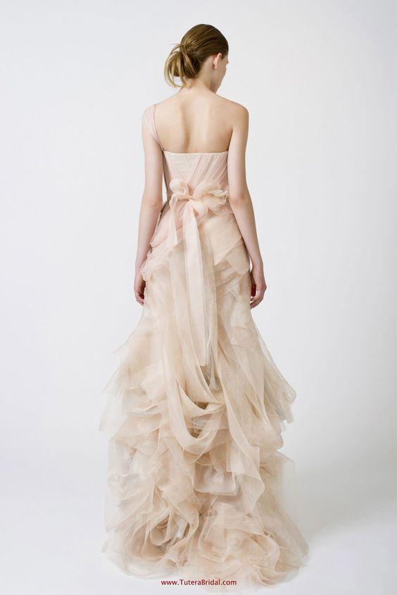 Modelo Farrah de Vera Wang, fué el que usó Serena en la boda de Blair jaja...
