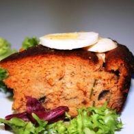 Pré-aqueça o forno a 180ºC e unte uma forma de pudim. Tire o caroço às azeitonas, corte-as em pedaços e misture com o atum e o queijo