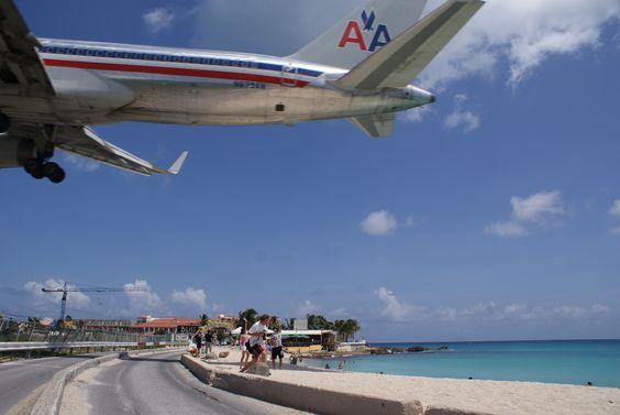 La pista está a tan solo unos metros de Maho Beach, donde algunos se broncean o se bañan, mientras otros esperan con ansias el próximo avión para correr a tomarse una buena foto debajo de gigantes como los de AirFrance, American Airlines o KLM.