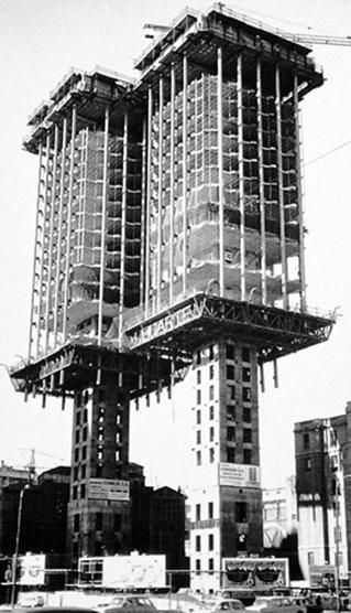 La Torres de Colón de Madrid fueron las primeras torres -y quizás las únicas- del mundo en ser construidas de arriba a abajo, o sea que empezaron la casa por el tejado, lo que prueba que los refranes también admiten excepciones. Foto de 1972