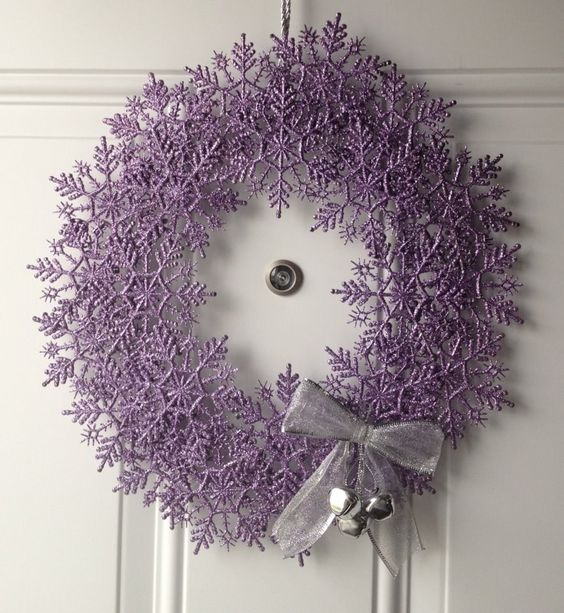 Snowflake wreath- hmmm, snowflakes from Dollarama & then spraypainted? But what is the base?