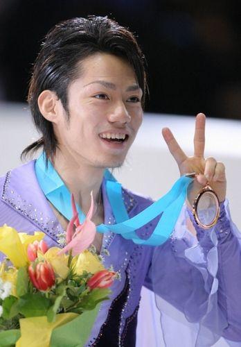 2005男子シングルの銅メダルを手に、Vサインで笑顔を見せる高橋大輔さん