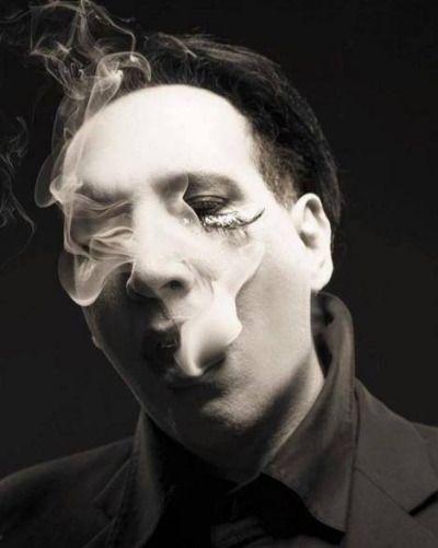 煙を吐くMarilyn Manson