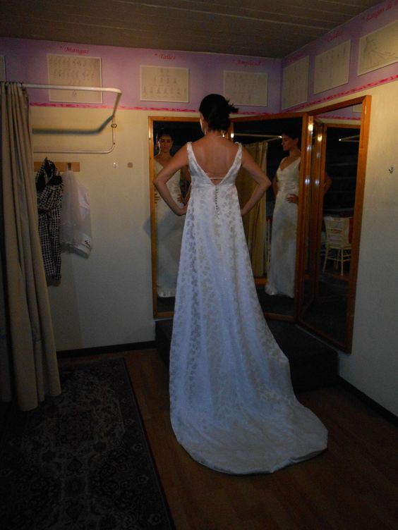 Totalmente transformado el vestido de novia de Mamá al gusto de la nueva novia, observen el brocado para que reconozcan el vestido.