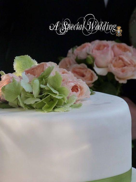 Particolare della torta nuziale con il bouquet della sposa!!! Giardino ...